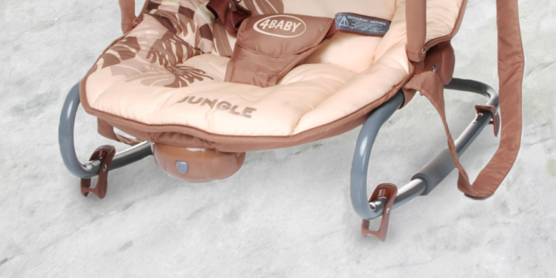 Stimo24 Jungle Baby Rocker Chair with Vibration bei der Nutzung
